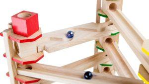 Un circuit de billes en bois